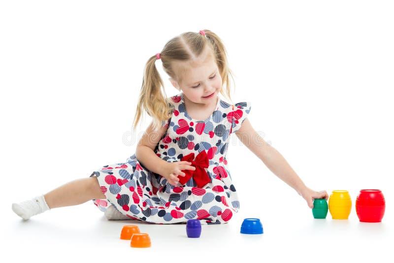 Dziewczyny dziecko bawić się z filiżanek zabawkami obraz stock