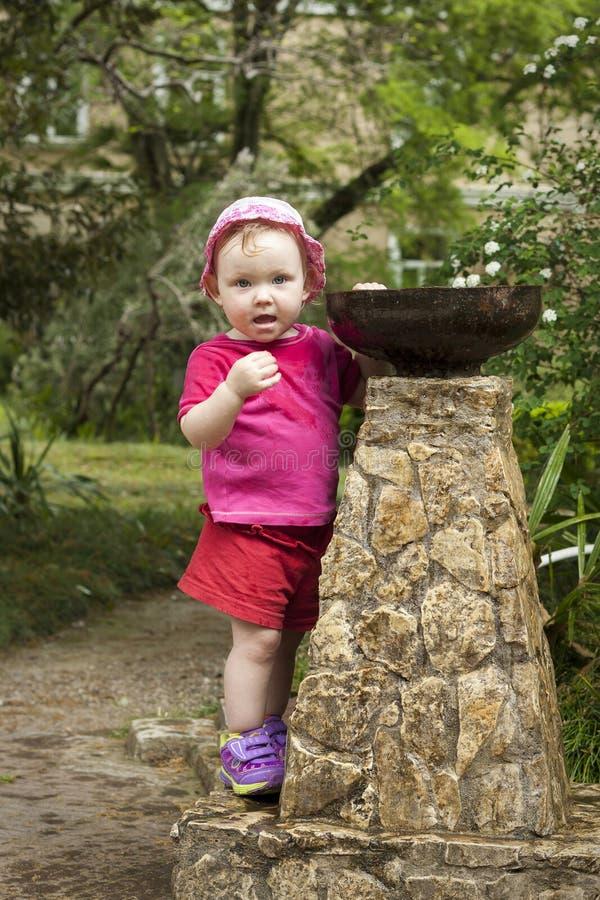 Dziewczyny dziecko bawić się z małym fontanny bubbler w parku obraz stock