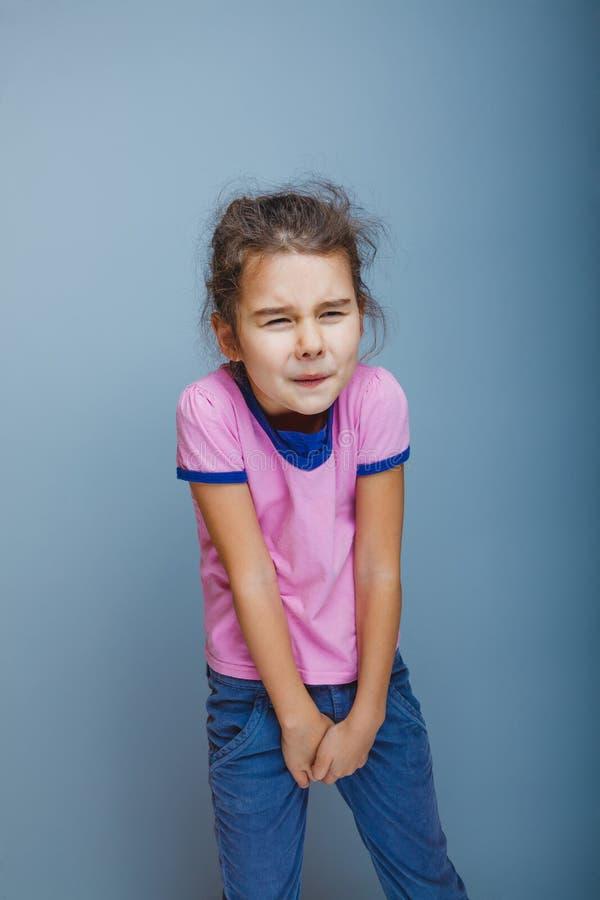 Dziewczyny dziecko chce używać toaletę na szarości obraz royalty free