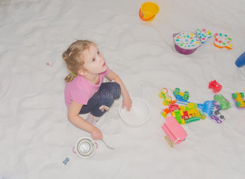 Dziewczyny dziecko w solankowych izbowych sztukach, traktowanie glut zdjęcia royalty free