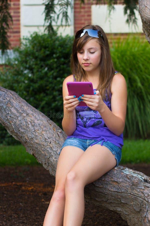 dziewczyny elektroniczna pastylka obrazy royalty free
