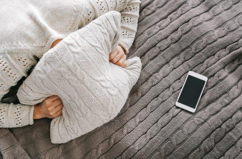 Dziewczyny emocji łgarski łóżkowy ból zamyka poduszkę zdjęcie stock