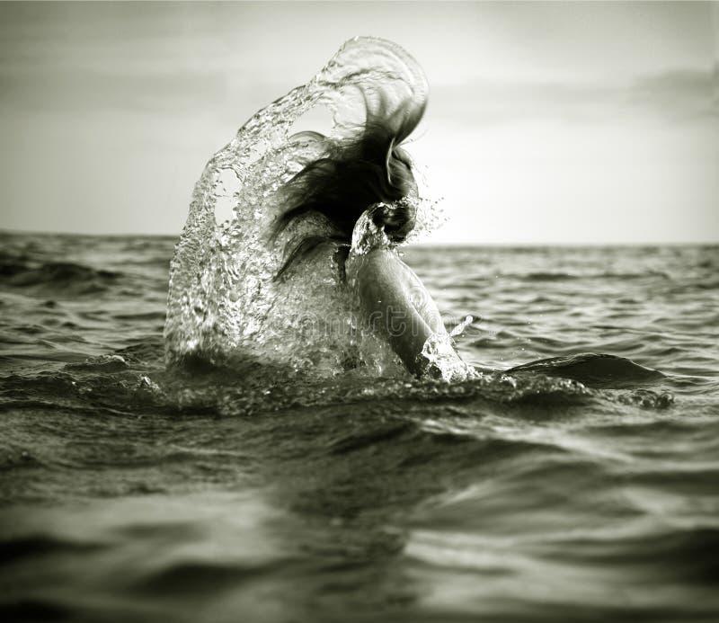 dziewczyny fala morza zdjęcie stock