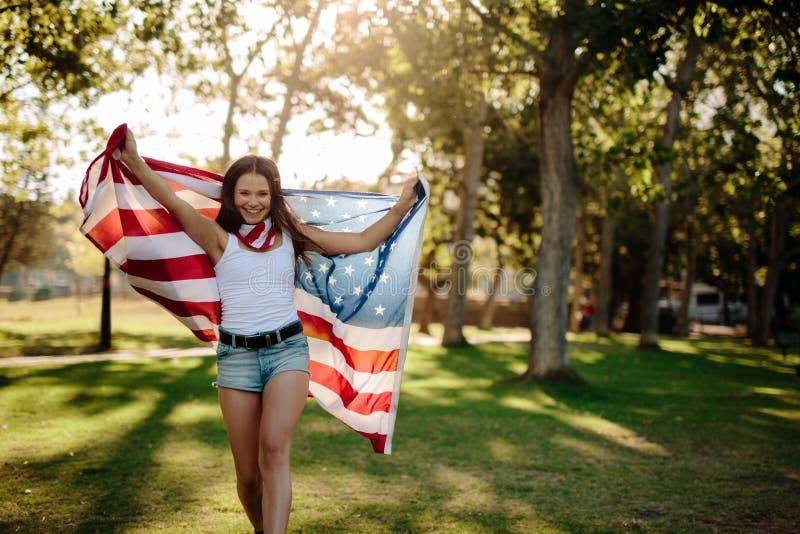 Dziewczyny falowania flaga amerykańska fotografia stock