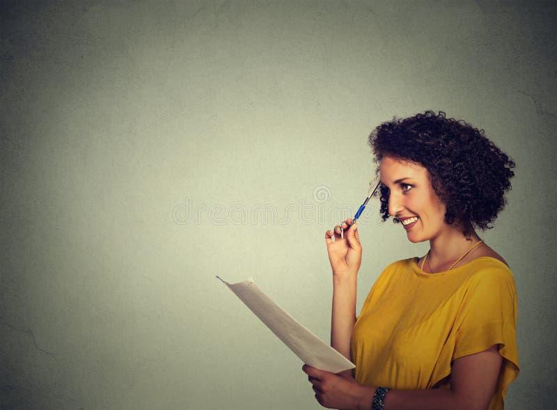 Dziewczyny główkowanie robi planom pisze puszków pomysłach obraz royalty free
