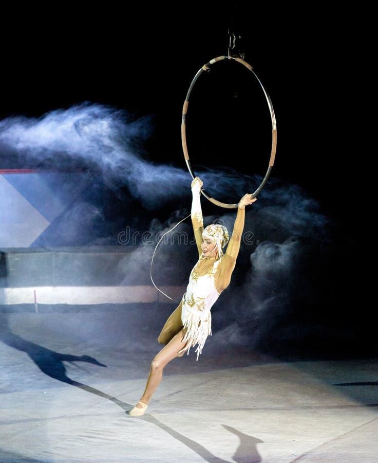 Dziewczyny gimnastyczka w cyrku Antena pierścionek Rosyjski cyrk Gimnastyczka pod kopułą cyrk Powietrzna gimnastyczka cyrk Russi obrazy stock