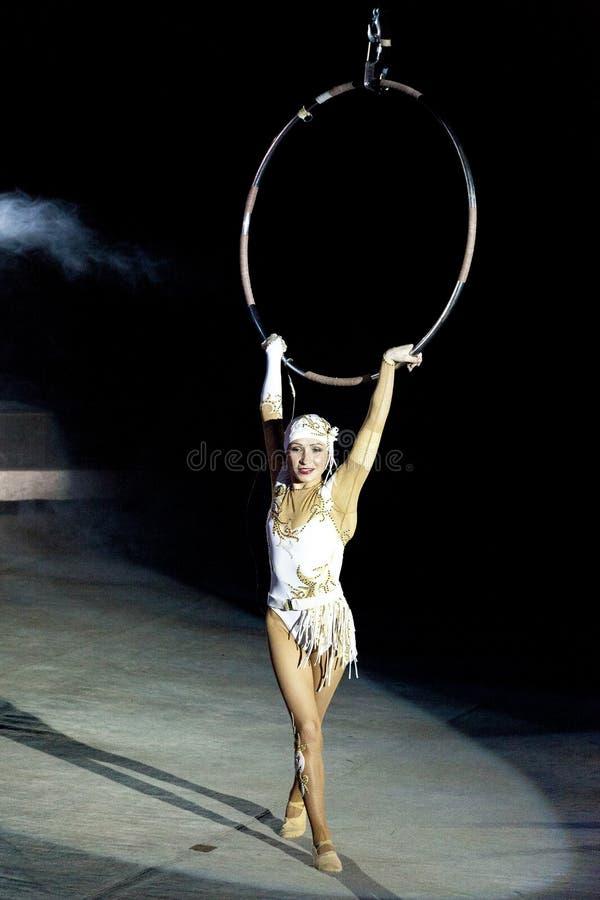 Dziewczyny gimnastyczka w cyrku Antena pierścionek Rosyjski cyrk Gimnastyczka pod kopułą cyrk Powietrzna gimnastyczka cyrk Russi zdjęcie stock