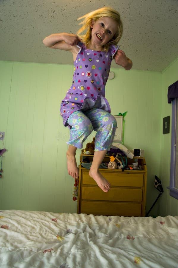 dziewczyny gniewny łóżkowy doskakiwanie zdjęcia royalty free