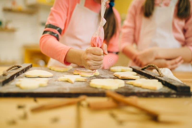 Dziewczyny gotują narządzanie wysyłać ciastka w piekarniku obrazy royalty free