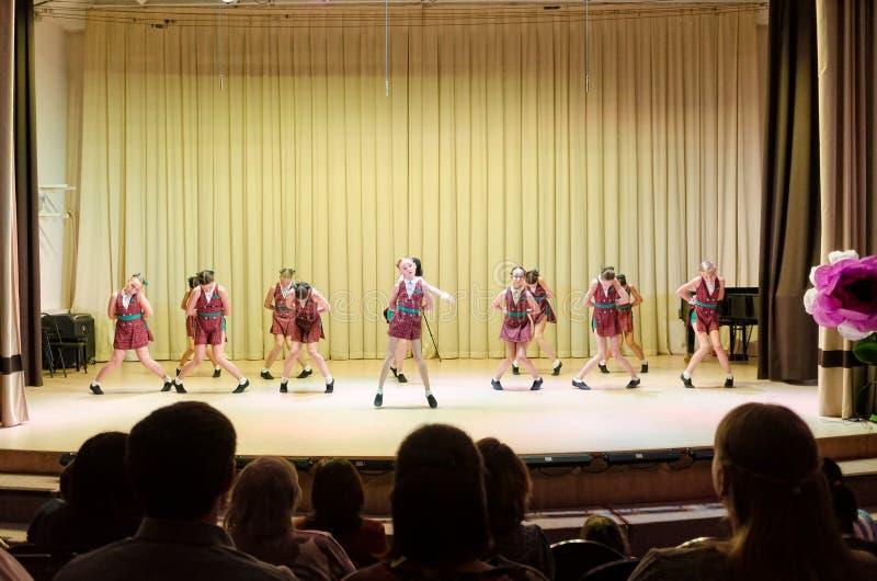 Dziewczyny grupują tana na scenie obraz royalty free