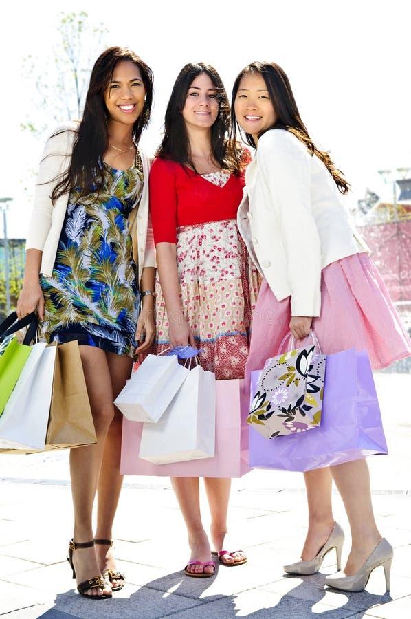 dziewczyny grupują zakupów potomstwa fotografia stock