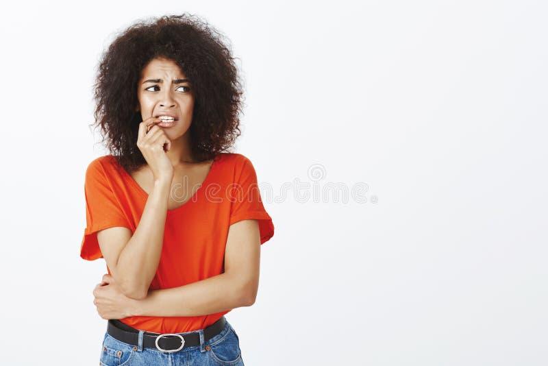 Dziewczyny gryzienia gwoździe od denerwaci Portret niespokojna niepewna atrakcyjna kobieta z afro fryzurą, trzyma palec fotografia stock