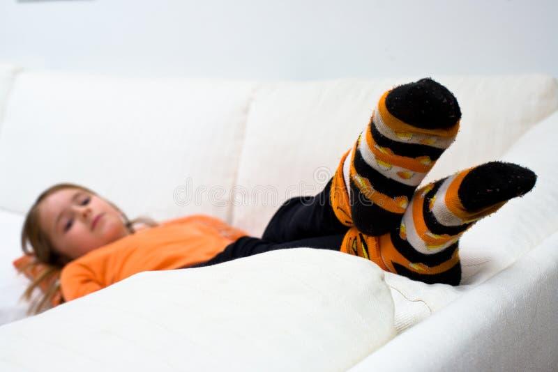 dziewczyny Halloween dyniowa skarpet kanapa fotografia stock