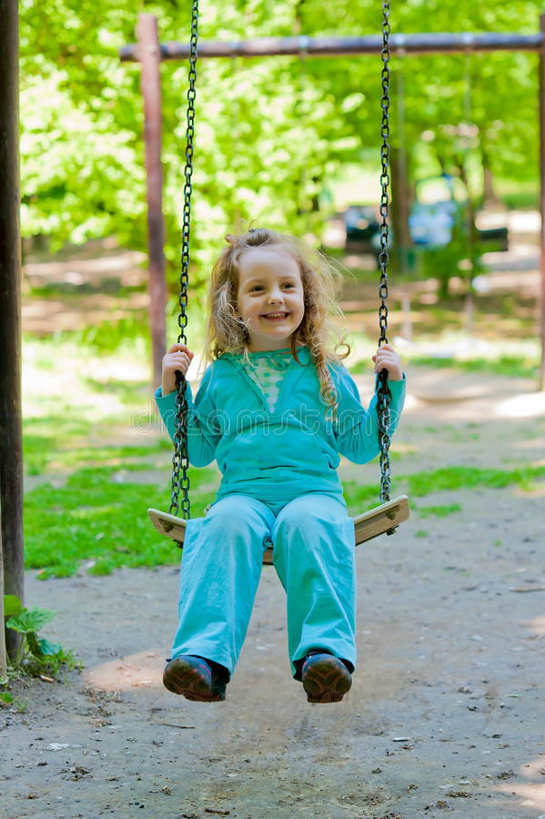 dziewczyny huśtawka mała bawić się uśmiechnięta fotografia royalty free
