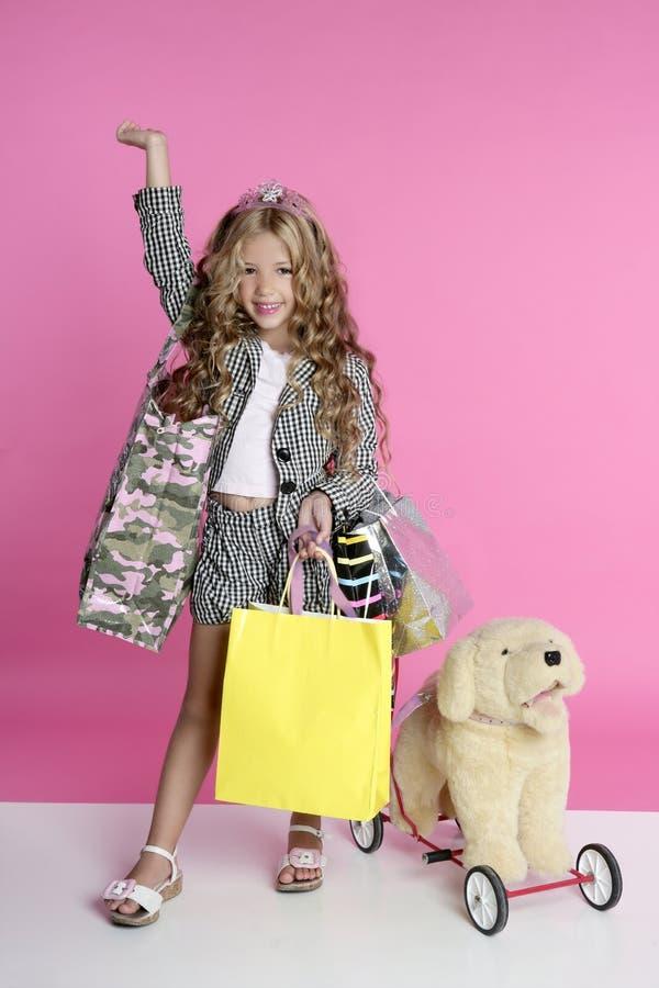 dziewczyny humoru mały shopaholic kupujący obraz stock