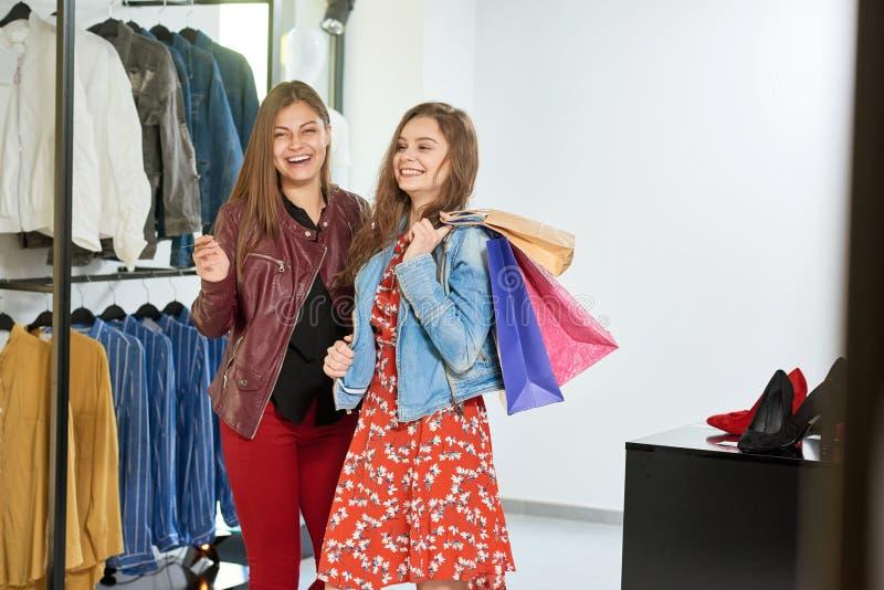 Dziewczyny iść na zakupy centrum handlowe obrazy stock