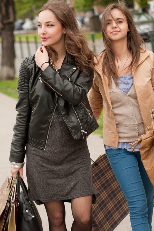Dziewczyny iść robić zakupy. fotografia stock