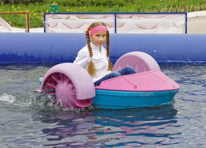Dziewczyny jazda na dziecko łodzi obrazy royalty free