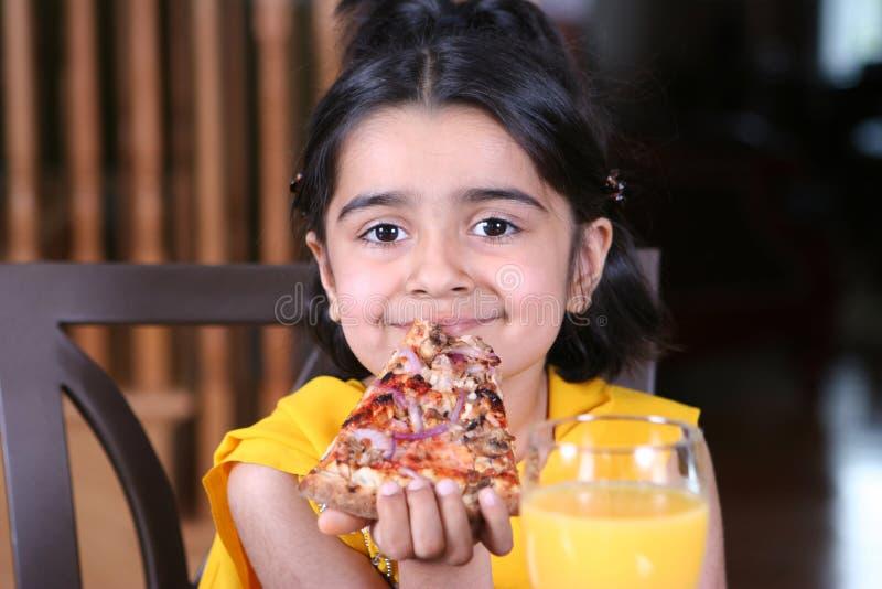 dziewczyny jedzący mały kawałek pizzy fotografia royalty free