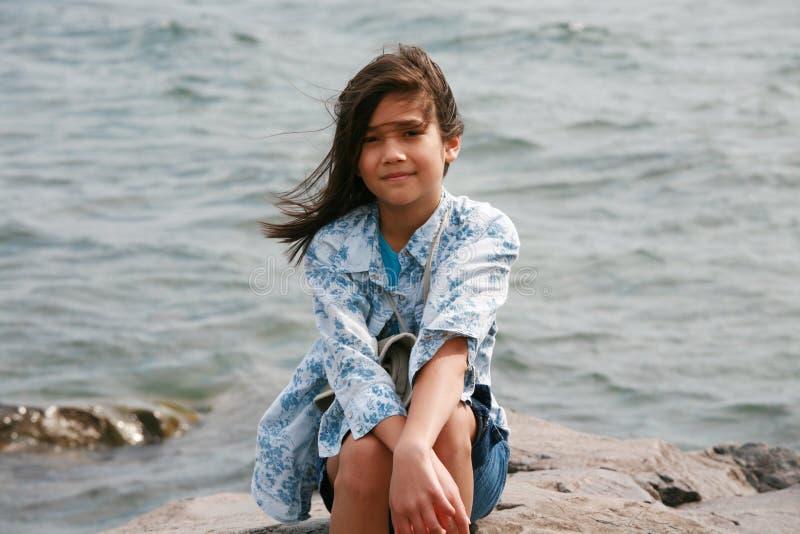 dziewczyny jeziora dziewięć stary siedzący rok zdjęcia royalty free