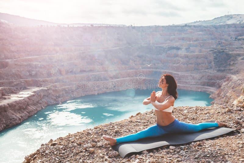 Dziewczyny joga stażowa poza plenerowa obraz stock