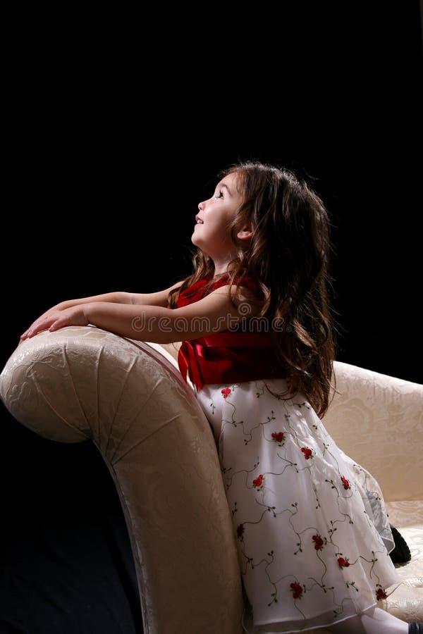 dziewczyny kanapy klęczeć ładnie wyglądać. fotografia royalty free
