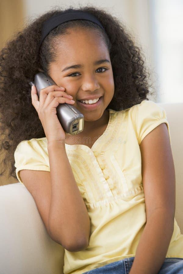 dziewczyny kanapy siedzi młody zdjęcie royalty free