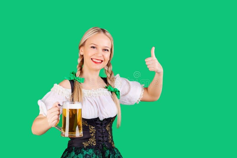 Dziewczyny kelnerka oktoberfest w krajowym kostiumu z kubkiem piwo zdjęcie royalty free