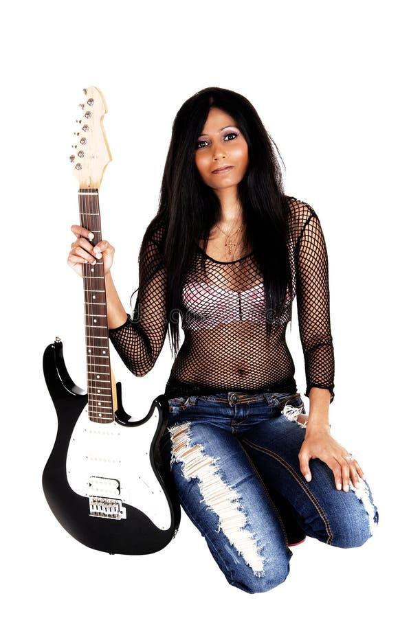 Dziewczyny klęczenie z gitarą. zdjęcia stock