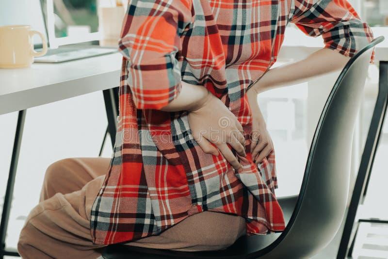 Dziewczyny kobiety macania plecy z skaleczenie bólu cierpieniem od backache zdjęcie stock
