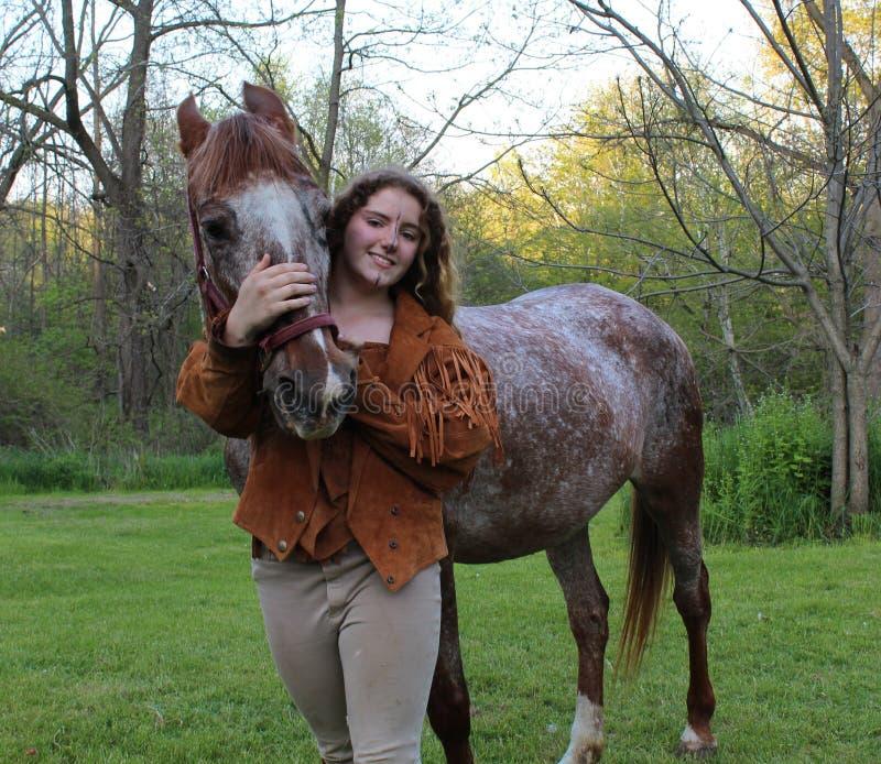 dziewczyny konia przyjaźni dla zwierząt, zdjęcie stock