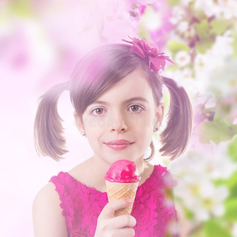 dziewczyny kremowej szczęśliwy lodu obraz stock