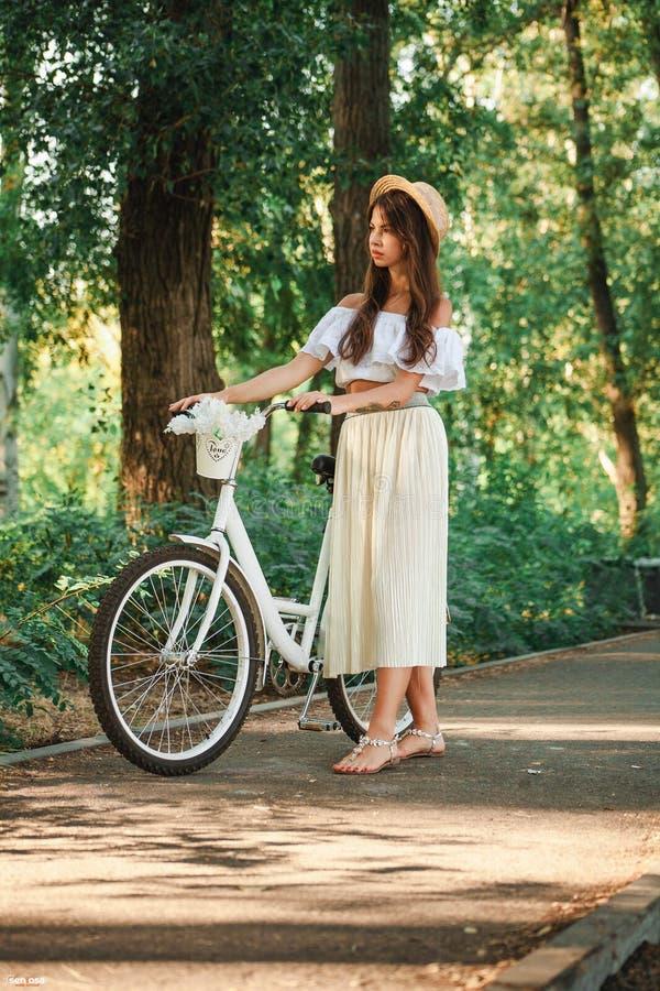 Dziewczyny kroki na alei z bicyklem obrazy stock