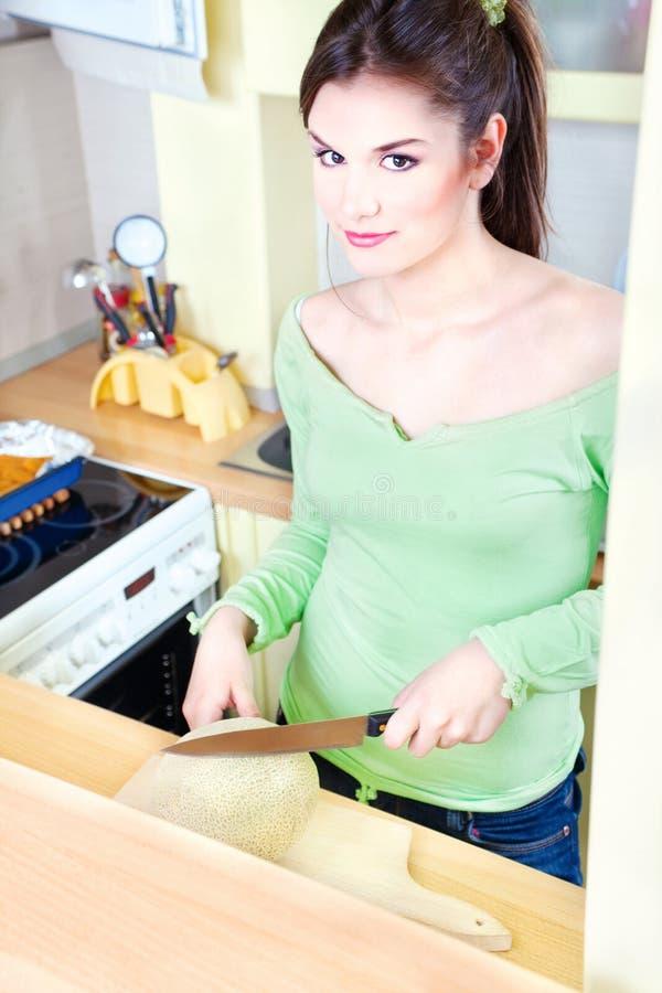 dziewczyny kuchni melon zdjęcia stock