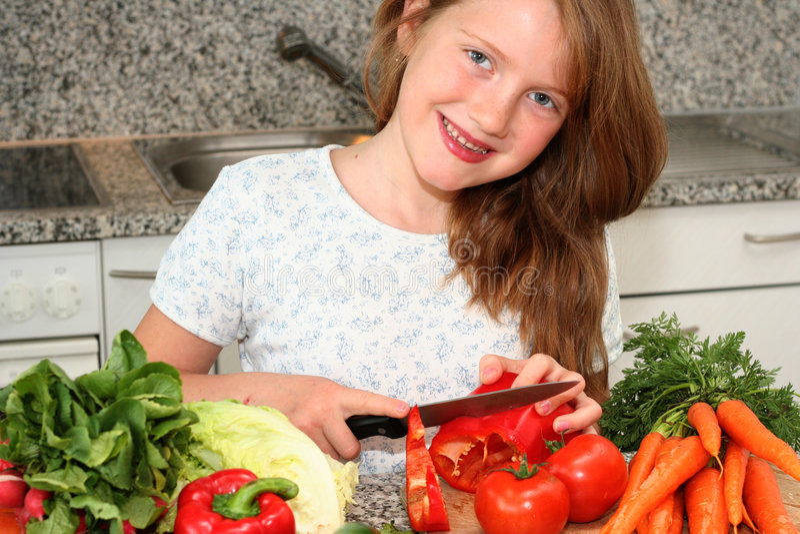 dziewczyny kuchni pomocy mamo fotografia stock