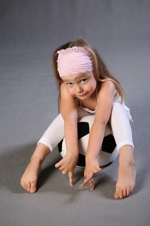 dziewczyny kulowego posiedzenia fotografia stock
