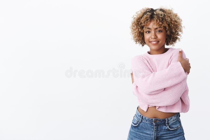 Dziewczyny kupujący ciepli ubrania gotowi dla zima wakacji Charyzmatyczna szczęśliwa młoda afroamerykańska kobieta z kędzierzawym fotografia stock