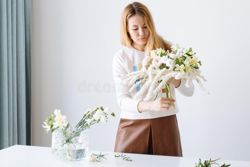 Dziewczyny kwiaciarnia gromadzić bukiet obraz stock