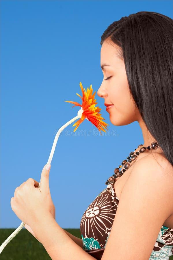 dziewczyny kwiat gospodarstwa obraz royalty free