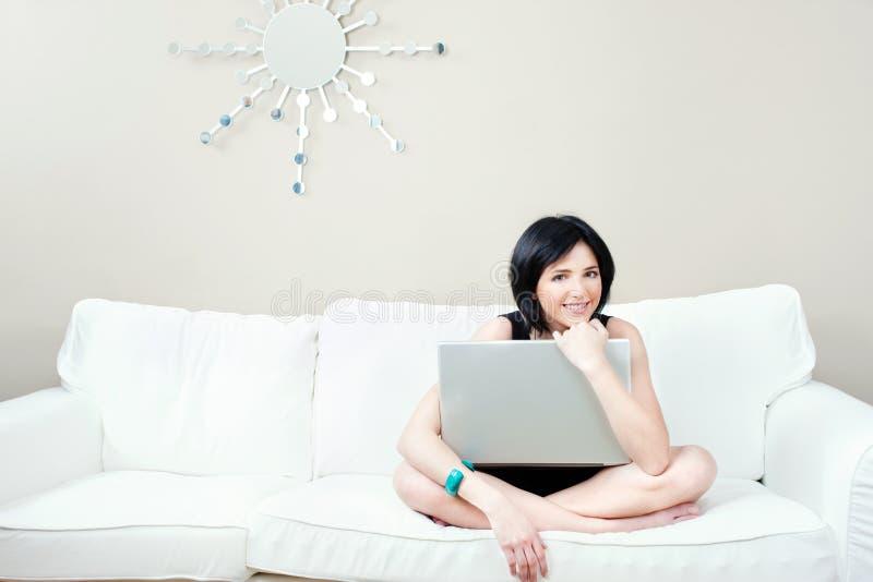 dziewczyny laptopu kanapy biel zdjęcie royalty free