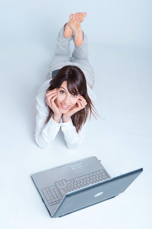 dziewczyny laptopu używać zdjęcie stock