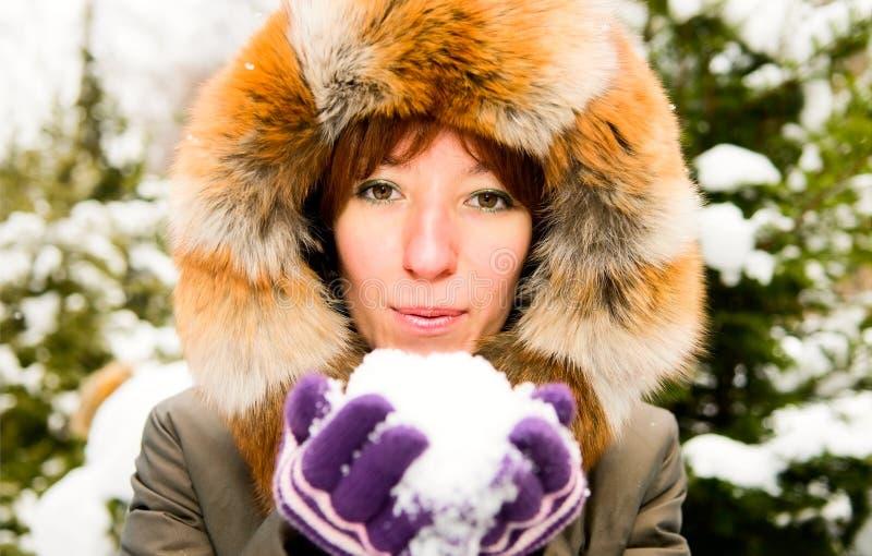 dziewczyny lasowa imbirowa zima obraz royalty free