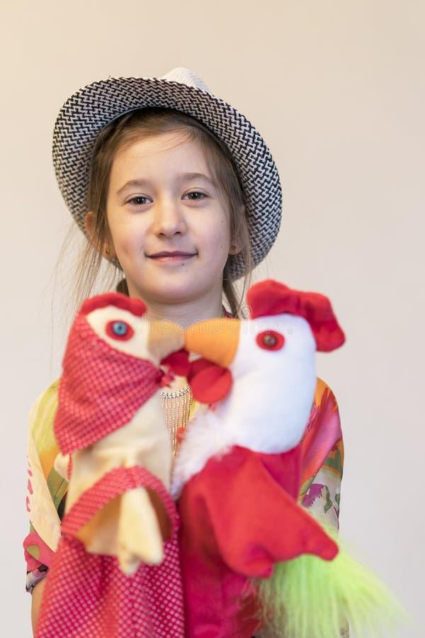 Dziewczyny 8 lat z dwa kurczaka i cockerel lalami obraz stock