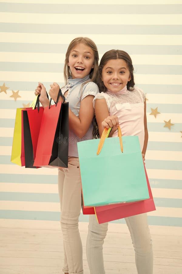 Dziewczyny Lubi? Robi? zakupy Dzieciak dziewczyn chwyta szcz??liwi mali torba na zakupy Cieszy si? zakupy z najlepszym przyjaciel fotografia stock