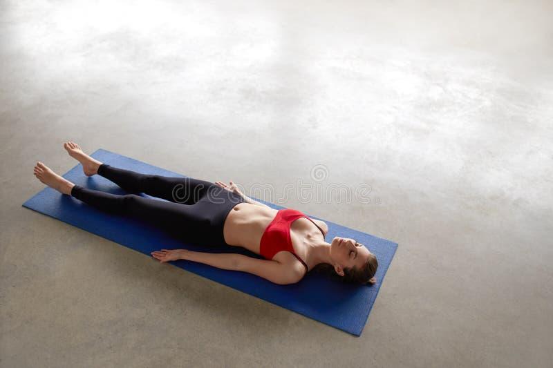 Dziewczyny lyin, odpoczywający po praktyki, medytuje zdjęcia royalty free