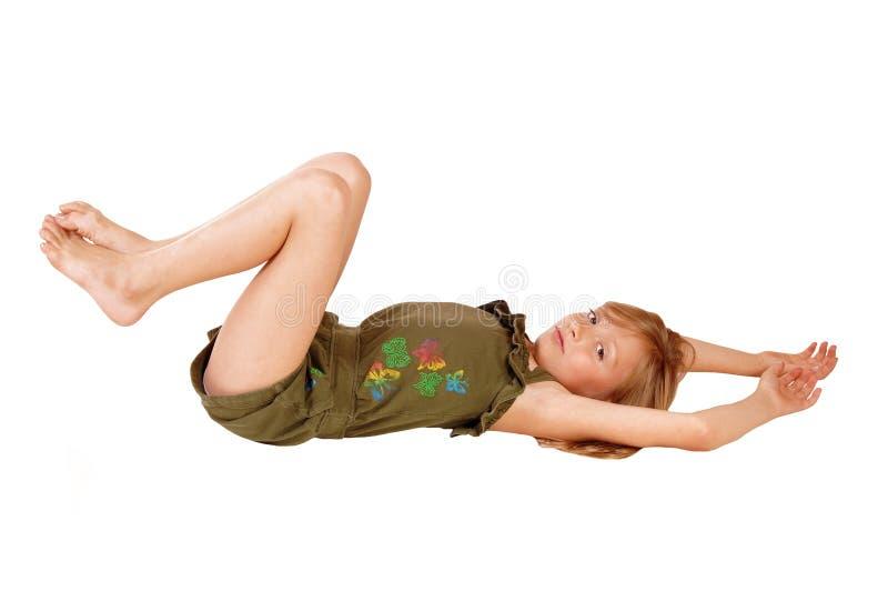 Dziewczyny lying on the beach na podłoga zdjęcie royalty free