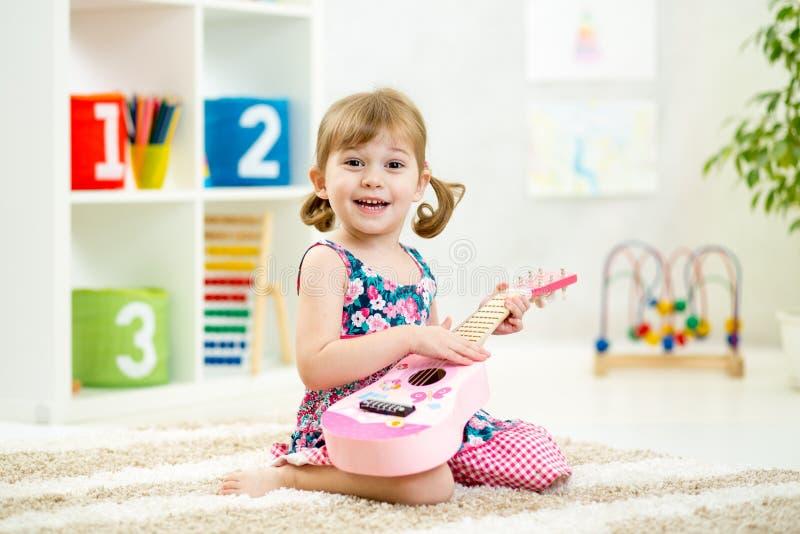 dziewczyny, mała gra gitara zdjęcie stock