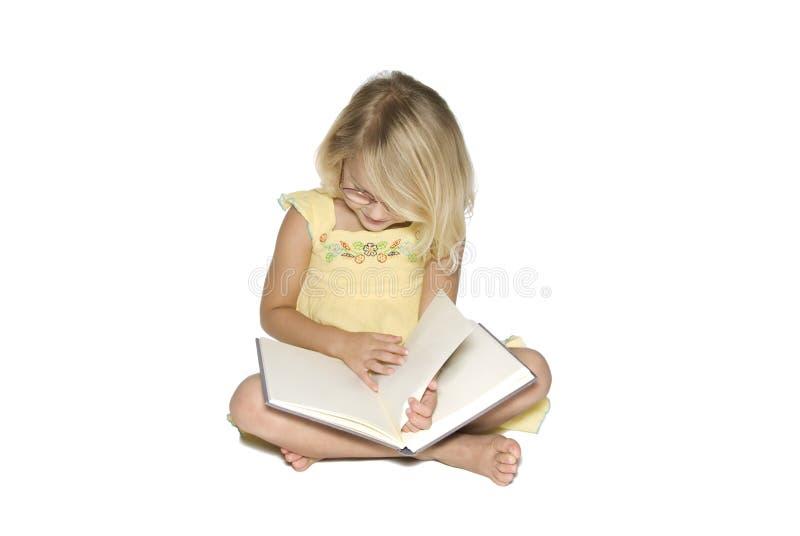 dziewczyny mały czytanie obraz stock