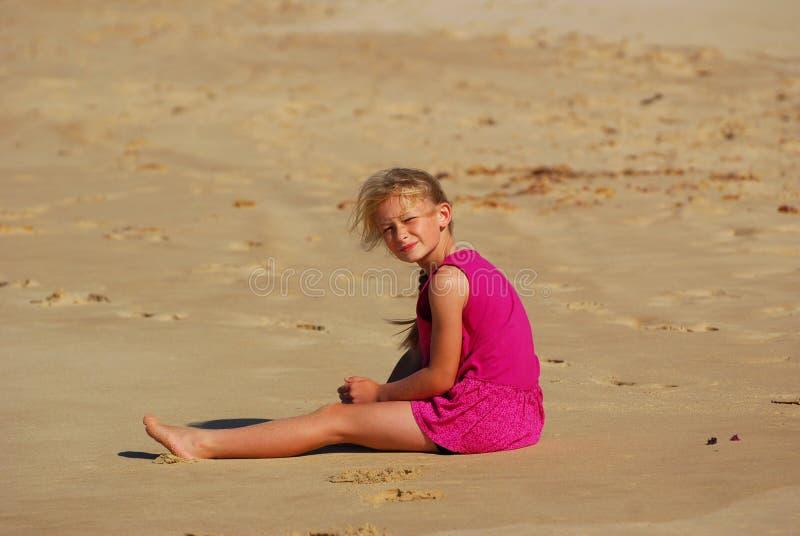 dziewczyny mały piaska obsiadanie zdjęcie stock