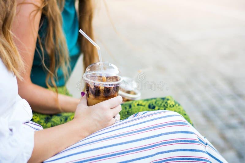 Dziewczyny ma filiżankę kawy outdoors zdjęcia royalty free